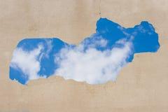 Cielo azul visto a través del agujero Imagen de archivo libre de regalías