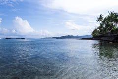 Cielo azul y agua azul del mar Fotos de archivo