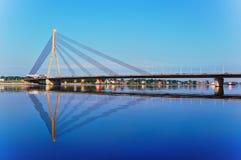 Cielo azul y agua hermosos en Riga Foto de archivo