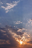 Cielo azul y anaranjado de la puesta del sol excepcional Imagen de archivo