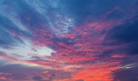 Cielo azul y anaranjado hermoso de la puesta del sol Imágenes de archivo libres de regalías