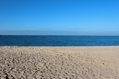 Cielo azul y arena Imagen de archivo