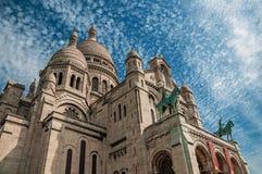Cielo azul y basílica nublados de la fachada de Sacre Coeur en París Foto de archivo libre de regalías