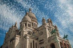 Cielo azul y basílica nublados de la fachada de Sacre Coeur en París Fotos de archivo libres de regalías