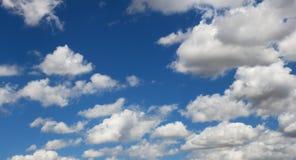 Cielo azul y blanco fotos de archivo libres de regalías
