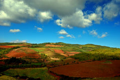 Cielo azul y colina Imagenes de archivo