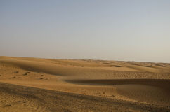 Cielo azul y dunas de arena en desierto Imagenes de archivo