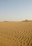Cielo azul y dunas de arena en desierto Fotos de archivo