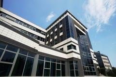 Cielo azul y edificio Imágenes de archivo libres de regalías