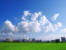 Cielo azul y edificios foto de archivo
