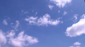Cielo azul y el movimiento de nubes blancas hermosas metrajes
