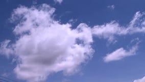 Cielo azul y el movimiento de nubes blancas hermosas almacen de metraje de vídeo