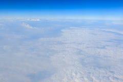 Cielo azul y fondo blanco de la nube Imagenes de archivo