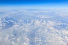 Cielo azul y fondo blanco de la nube Imagen de archivo