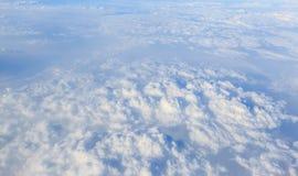Cielo azul y fondo blanco de la nube Foto de archivo libre de regalías