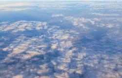 Cielo azul y fondo blanco de la nube Imágenes de archivo libres de regalías