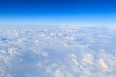 Cielo azul y fondo blanco de la nube Foto de archivo