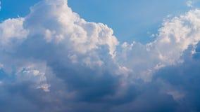 Cielo azul y fondo nublado imagenes de archivo