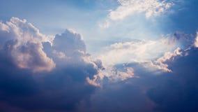 Cielo azul y fondo nublado foto de archivo