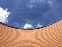 cielo azul y ladrillo Fotos de archivo libres de regalías