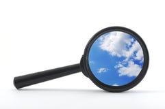 Cielo azul y lupa Imagen de archivo libre de regalías