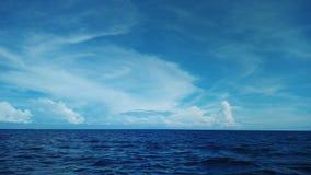 Cielo azul y mar azul profundo Imágenes de archivo libres de regalías