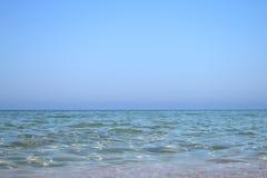Cielo azul y mar claro foto de archivo