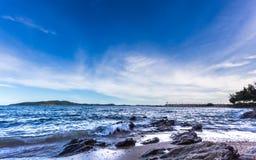 Cielo azul y mar, paisaje hermoso, Feliz Año Nuevo 2017 Imagenes de archivo
