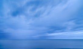 Cielo azul y mar profundos Imagen de archivo libre de regalías