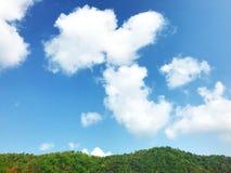 Cielo azul y montaña fotos de archivo libres de regalías