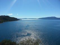 Cielo azul y montaña imagen de archivo