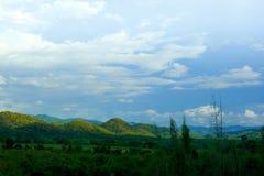 Cielo azul y montaña Fotos de archivo