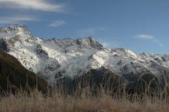Cielo azul y montaña de la nieve, Nueva Zelanda del sur Fotos de archivo