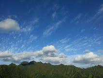 Cielo azul y montañas Imagenes de archivo