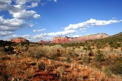Cielo azul y montañas rojas Imágenes de archivo libres de regalías