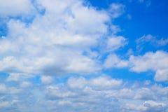 Cielo azul y nube blanca Imágenes de archivo libres de regalías