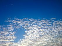 Cielo azul y nube blanca Imagen de archivo