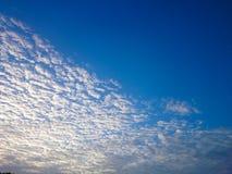 Cielo azul y nube blanca Imagenes de archivo