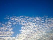 Cielo azul y nube blanca Foto de archivo libre de regalías