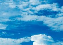 Cielo azul y nube blanca foto de archivo