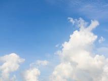 Cielo azul y nube blanca Fotos de archivo
