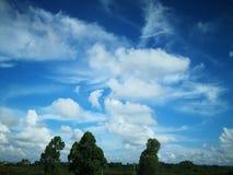 Cielo azul y nube blanca imagen de archivo libre de regalías
