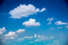 Cielo azul y nube blanca en día soleado de la sol Imágenes de archivo libres de regalías