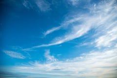Cielo azul y nube blanca en un día soleado Imagen de archivo