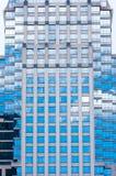 Cielo azul y nube blanca que reflejan en el edificio del espejo Fotos de archivo libres de regalías
