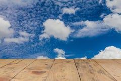 Cielo azul y nube con el fondo de madera de la textura Imágenes de archivo libres de regalías