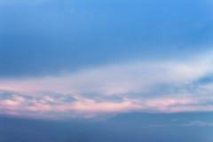 Cielo azul y nube extensos: usted puede ser utilizado como fondo: fotos de archivo