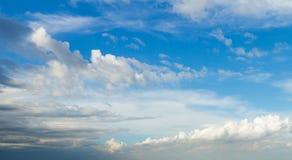 Cielo azul y nubes Imagen de archivo