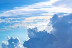 Cielo azul y nubes blancas Fotos de archivo libres de regalías