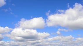 Cielo azul y nubes blancas almacen de metraje de vídeo